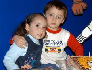 Nazario López Téllez en compañía de su hermanita en el festejo infantil que le ofrecieron sus papás por su cumpleaños.