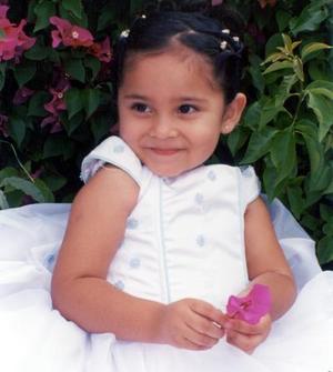 Niña Andrea Judith Orona Uc en una fotografía de estudio con motivo de sus tres años de vida, es hija de los señores, Ing. Mario Esteban Orona Martínez y C.P. Claudia B. Uc de Orona.