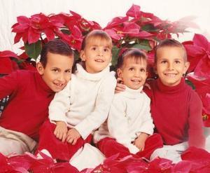 Niños Jorge, Mauricio, Roxana y Mariana González Sánchez en una fotografía con motivo de la Navidad.