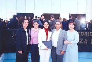 Alejandro López Amor y Pilar Necochea de López Amor con sus hijos, Alejandro, Pilar y Lorena en pasado festejo de graduación.