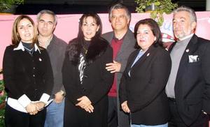 Antonio González y Dulce de González , Francisco Alburquerque y Patricia de Alburquerque, Federico Perales y Ana María de Perales, en un convivio alusivo a la Nochebuena.