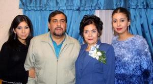 Arnulfo pérez y Ana López Bugarín  acompañados de sus hijas Lorena y Ana Lizeth, en el festejo que les organizaron por sus 25 años de casados.