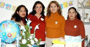 Beatriz Adriana Estrada García acompañada de las organizadoras de su fiesta de canastilla, Gloria Martínez, Gaby López y Vero Barba.