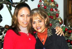 Claudia Mayela Castañeda López junto a su mamá, Rosa María López  de Castañeda, el día que celebró su cumpleaños.