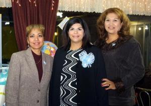 Diana Elizabeth Sandoval de Silva con las organizadoras de su fiesta de canastilla, Carmen García de Sandoval e Irma Juárez de Sandoval.
