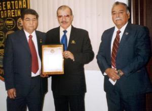 El club Sertoma de Torreón A.C., otorgó su máxima presea, el premio 'Servicio a la Humanidad' al Dr. Manuel Terán Lira, por su destacada participación a beneficio de la Región Lagunera.