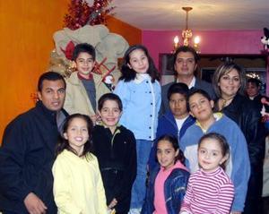 Elexa Núñez, Carlota Silva, Claudia Muñoz, Hugo Núñez, Fernando Flores, Rogelio Flores, Ricardo Wong, Luis Núñez, Hugo Núñez y Alejandro de Núñez captados en su posada navideña.