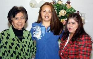 Gloria Graciela Insausti Rodríguez con Evangelina Alemán y Martha Rodríguez, organizadoras de su despedida de soltera.
