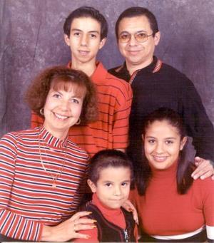 Ing. Enrique Cuan Durón e Ing. Elisa Urquizo de Cuan celebraron el ocho de diciembre de 2003, 19 años de feliz matrimonio acompañados por sus hijos.