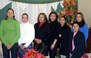 Laura Varelo, Rosavelia Valero, San Juana Salinas Laura Navejas, Gabriela Gutiérrez, Yadira Castro y Nydia Segura captadas en su posada navideña.