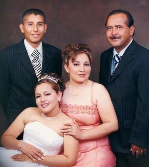 María Guadalupe Bernal Castro el día de su fiesta de quince años acompañada de sus papás, Profr. Gerardo Alejandra Bernal y Profa. Lucila Castro de Bernal y por su hermano Edder Antonio.