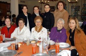 Miembros del grupo de la Armonía para el Adulto Mayor del Parque España en su posada navideña.