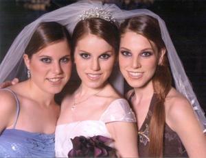 Srita. Lupita Estrada Villarreal el día de su enlace nupcial acompañada por sus hermanas, Mariana y Anavilly Estrada Villarreal.