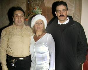 Román Flores, Olga de la Torre y Gerardo Arratia, en una posada navideña.