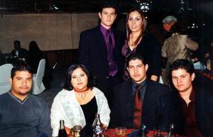 David Martínez, Eduardo Ortega, Manuel Ignacio y Manuel Martín Quiroz Reyes, Claudia Reyes y Analí Peña en un convivio navideño.