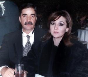 Francisco Álvarez y Natalia M. de Álvarez, en la celebración de aniversario de bodas de los señores Salvador y María Elena Álvarez.
