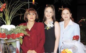 <u> 22 de diciembre </u> <p> I:socialesdespedidasL-La futura novia, Alejandra Iruegas con Celia Maeda de Ramírez y Lic. Sonia Maeda Martínez.