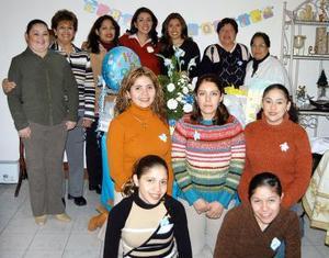 Beatriz Adriana Estrada García, acompañada de algunas de las asistentes a su fiesta de cantastilla.