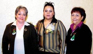 Idalia López Esquivel en compañía de las organizadoras de su despedida de soltera, Teresa Esquivel y Socorro García.