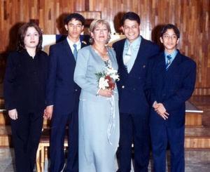Juan Hernández Camacho y María Hilda Gómez de Hernández celebraron sus Bodad de Plata el pasado 15 de diciembre acompañados por sus hijos, Gilda, Juan Carlos y Saúl Orlando.