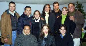 Luis Enrique Rojas V. acompañado de un grupo de amigos, en e convivio que le ofrecieron en días pasados por su cumpleaños.