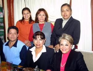 Florinda Carlos Banda acompañada por un grupo de amistades en el festejo que le ofrecieron por su jubilación, luego de laborar 27 años en el área de servicios médicos.