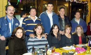 Jesús y Claudia Gamboa, Efrén y Edith Rodríguez, Jesús y Ana Tere Ramírez, Eduardo y Paty Burgos, Jesús y Mireya González, en un convivio con motivo de las fiestas decembrinas.