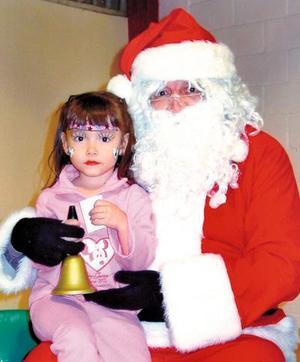 Ana Cris Wong Grajeda en un festejo infantil con motivo de la Navidad.