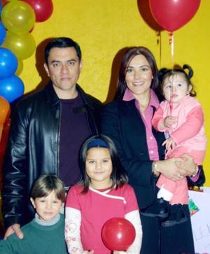 <u> 22 de diciembre </u> <p> Valeria, Maximiliano y Valentina acompañados de sus papás Orlando García y Raquel Rodríguez, en la fiesta que les organizaron por sus cumpleaños.