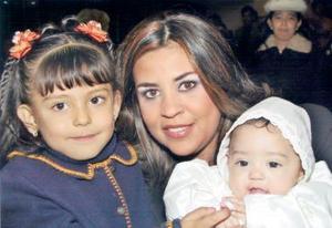 Alejandra Cisneros de Marroquín con sus hijas Mariana y María Alejandra Marroquín Cisneros, en reciente festejo social.