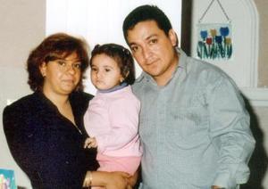 Ángela Patricia acompañada de sus papás en la fiesta infantil que le ofrecieron por su cumpleaños.