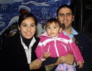 Iván Espericueta y Diana Gurrola de Espericueta con su hija Luisa Fernanda en un grato convivio.