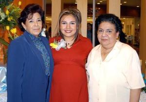 Gabriela Elizabeth Hernández de Ramírez acompañada de dos de las organizadoras de su fiesta de canastilla.