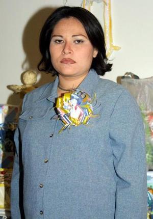 Rosalinda Martínez Rodríguez en la fiesta de regalos que le ofrecieron en días pasados.