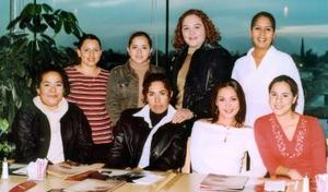 Norma Orona, Nidia Ortiz, Nancy Barrera, Lupita Ortiz, Sofía Muñoz, Verónica Martínez, Tania Cháirez y Alejandra Chávez, captadas en un restaurante de la localidad.