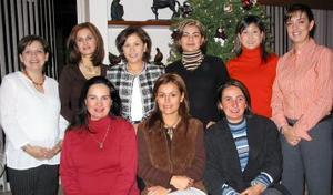 Maribel de Saldaña, Cristina de Díaz, Bárbara de Mejía, Marcela Bollaín y Goitia, Ale de Correa, Luly de Murra, Pilar de Villarreal, Laura de Martínez y Ana de Fernández grupo de amigas reunidas en una posada.