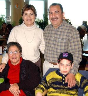 María del Socorro Horta Vda de Macías celebró su cumpleaños acompañada por su hijo José Antonio Macías Horta, su nuera Cristy de Macías y su nieto Luis Roberto Flores Macías.