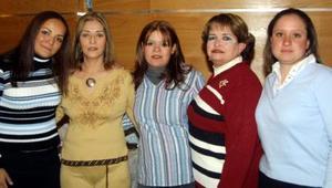 Cristy Castillo de Salum con algunas de las asistentes a su fiesta de canastilla.