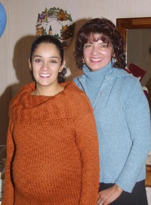 Carla Patricia de Palomares con la organizadora de su fiesta de canastilla Patricia Esparza de Díaz.