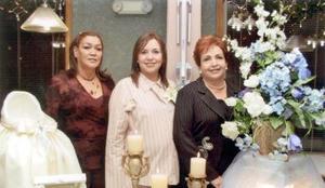 Ana Lucía Villanueva en compañía de las organizadoras de su fiesta de canastilla, las señoras Irma de Villalobos y María del Carmen de Villanueva.