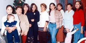 Sandra G. Martínez acompañada de un grupo de asistentes a su despedida de soltera.