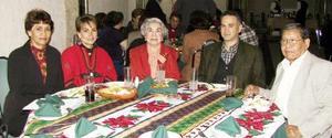 Evangelina, Sara, Consuelo, Miguel Ángel y J. Santa Ana  en su posada navideña.