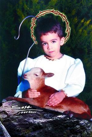 Niño José Raúl Hernández Villarreal en una fotografía de estudio con motivo de la Navidad.