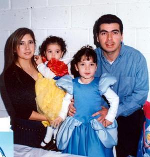 Luisa Fernada Saldívar acompañada de sus papás y de su hermana en la fiesta infantil que le organizaron por su cumpleaños.