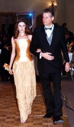 Sofía Iduñate Arreola el día de su ceremonia de graduación acompañada por su papá, Jorge J. Iduñate.