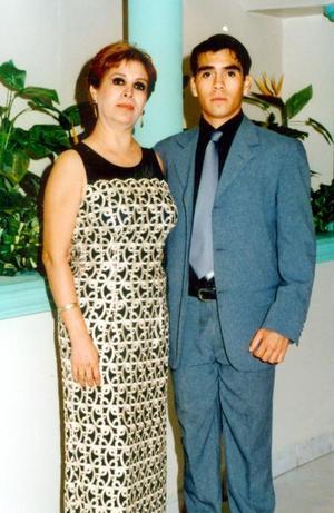 Ofelia Ramos de González acompañada de su hijo Jorge Arturo González Amos.