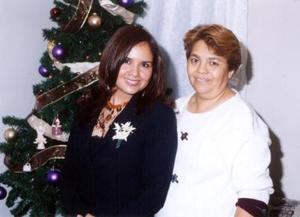 <u> 27 de diciembre </u> <p> Sadra G. Martínez con la organizadora de su despedida de soltera, señora Alicia Martínez de Padilla.