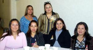 Idalia López Esquivel en compañía de sus amigas en la despedida de soltera que se le ofreció en días pasados.