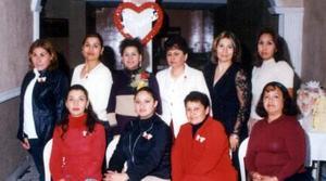 Liliana Garicia Ríos con un grupo de asistentes a su despedida de soltera.