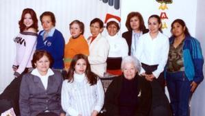 Lydia Sánchez Quintero en compañía de un grupo de asistentes a su fiesta de canastilla, realizada en días pasados.